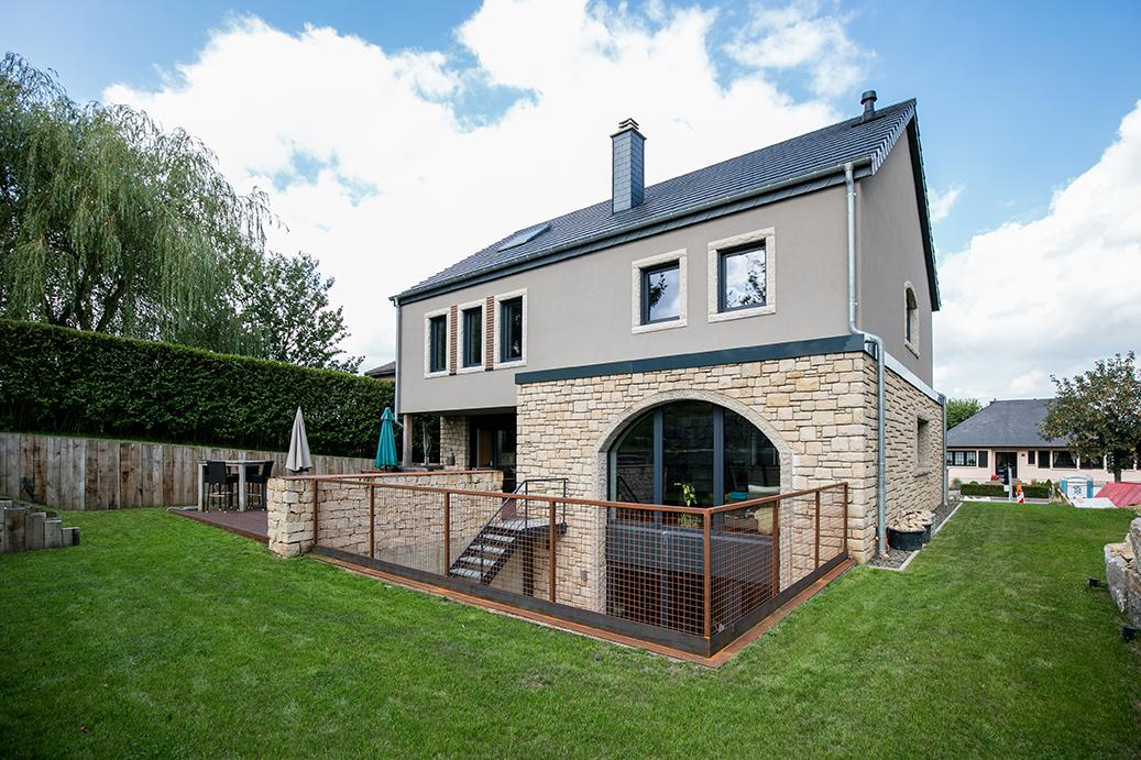Hausbau in ökologischer Holzrahmenbauweise in Luxemburg mit Holzfassade