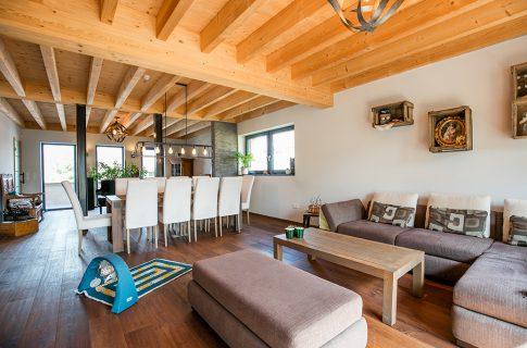 Sichtbare Balkenlage in einem ökologischen Neubau in Holzrahmenbauweise